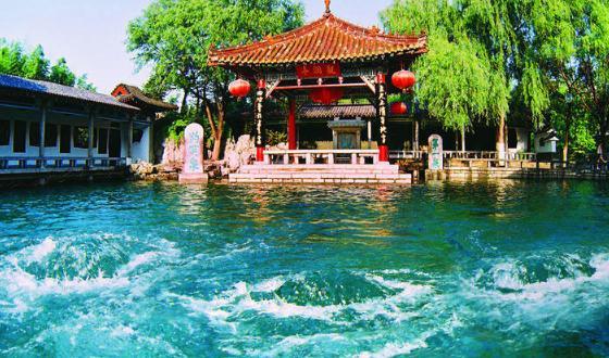 """被誉为""""天下第一泉"""",位于济南趵突泉公园,趵突泉是最早见于古代文献的"""