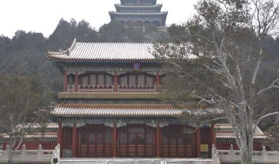 【关于游览】 1. 我们的行程已经包含了去一趟北京值得要走到的新老景点:如天安门、故宫、长城、颐和园、天坛、鸟巢水立方等主要景点,暑期亲子游还特别增加了国子监孔庙、新科技馆、清华或北大、圆明园等小孩感兴趣的地方,免去了大家因对北京不熟悉而落下重要景点的顾虑。 2.