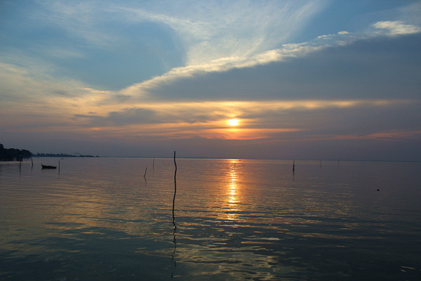 民丹岛属于印度尼西亚,但租给了新加坡共同开发民丹岛度假村.