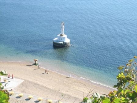 金沙滩海滨浴场北起号房,南至熊岳河口,海岸线长1公里,可浴面积5公顷.