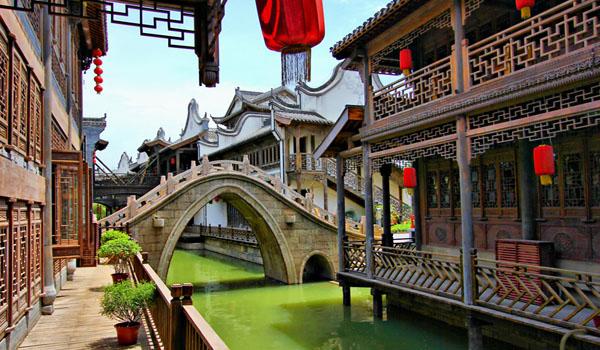台儿庄古城地处于山东省枣庄市台儿庄大衙门街的西面,台儿庄共有八种建筑风格融汇在一起,七十二座庙宇汇于一城,它拥有京杭运河仅存的最后3公里古运河,被世界旅游组织称为活着的运河,同时也是京杭运河最后一段活着的运河。下面有宁波旅游网为您介绍能够划船游遍全程的古城_台儿庄古城: 台儿庄古城它以运河为文化轴线,总共设计了关帝庙景区、西门安澜景区、纤夫村景区、运河街市景区、板桥花门楼景区、水街商市景区、清真寺九龙口景区、湿地公园等八大景区。接下来就小编带您游走各个景区: 关帝庙景区 主要有庙汪、和尚坟、新关
