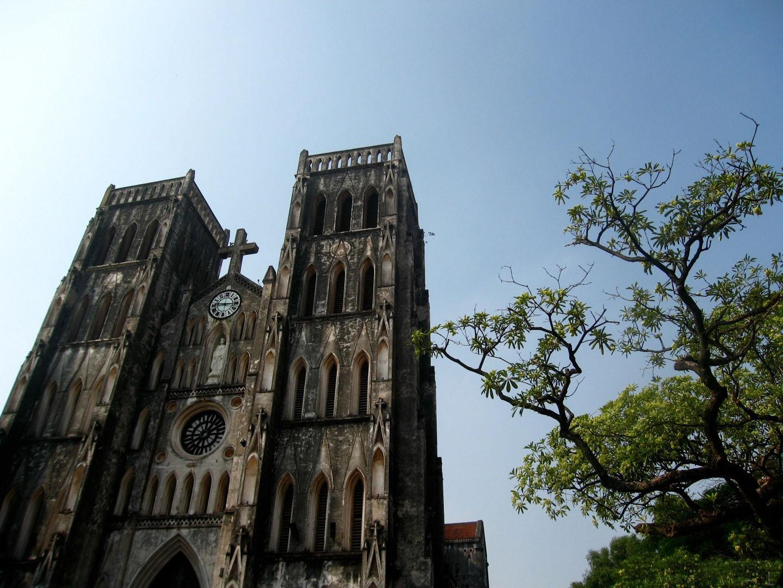 再加上传统的法式建筑与大树