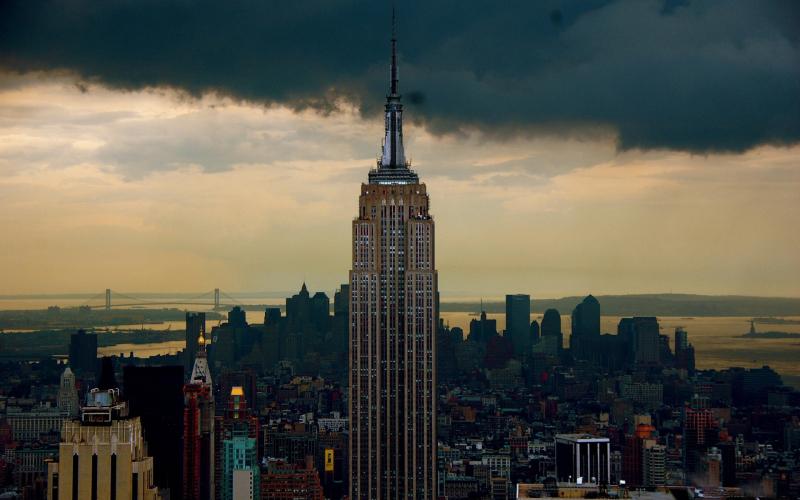 """纽约的摩天大厦、霓虹灯以及纽约城中的喧嚣生活包含了现代都市生活的一切激动和挫折,像磁铁一样吸引着爱它和恨它的人们。城市秀美宁静,素有""""花园城市""""之称。由宁波旅行社带你游玩一下这些著名的旅游胜地的周边还有哪些好玩的地方,先说说华盛顿周边有哪些好玩的地方呢?纽约 华盛顿周边有哪些好玩的地方呢?纽约 华尔街 纽约市曼哈顿区南部从百老汇路延伸到东河的一条大街道的名字,全长不过三分之一英里,宽仅11米,是英文墙街的音译。 街道狭窄而短,从百老汇到东河仅有7个街段。1792年荷兰殖民者为抵御英军侵犯而建"""