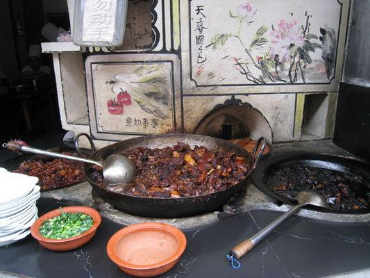 路上在一家老字号的苏氏面馆吃的大排雪菜面,偏甜,随便吃吃,算是特色