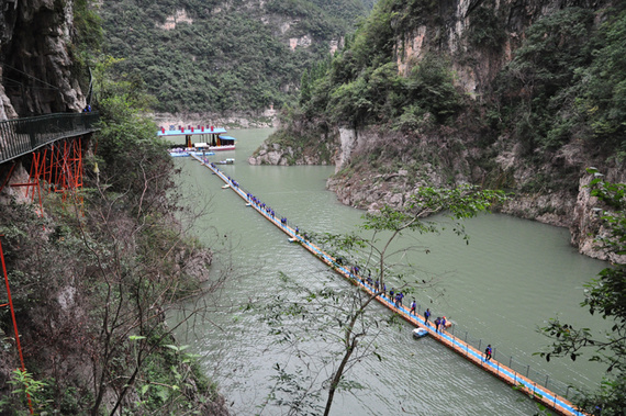 三峡大坝位于风景秀丽的长江三峡西陵峡中段宜昌