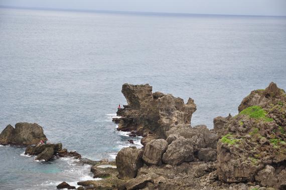 我俩在小山坡上的东亚之光灯塔处拍了一些照片,然后沿着海边的栈道在
