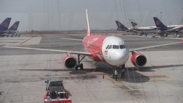 飞机准时起飞.一小时后降落素叻他尼机场.