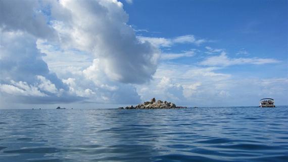 从远处看,大海中一个孤立的小岛.