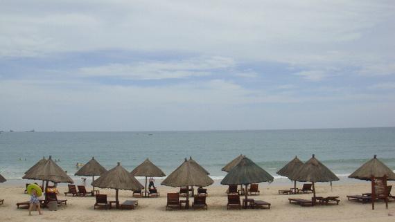 在深圳办理泰国签证的期间,看到深圳往返三亚的机票一个人才一千多点,就上飞扬订了三亚四日自由行,酒店订在三亚国际饭店,就在市中心,标间一晚398元,机票加酒店两个人一共3300大洋。8月23日由于台风登陆,飞机又晚点1个小时,达到三亚凤凰机场后已经晚上10点多,外面的雨下的很大,风也很大。心情不免很沮丧,来三亚难道就是为了赶台风啊。台风今天登陆三亚,我们就今晚抵达,难道天天在房间里看下雨吗。一出机场,看到了飞扬的接机工作人员,在飞扬网上订机票酒店就送接机一次。接机的工作人员告诉我们,由于台风登陆,