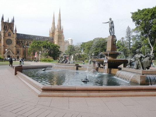 德公园另一侧就是悉尼塔等