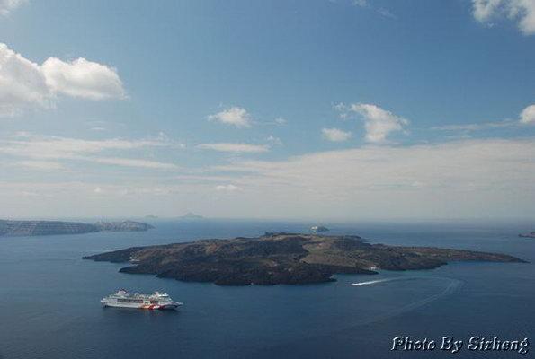 第二天早上,我们买了18欧的旅游票游览火山岛和温泉.