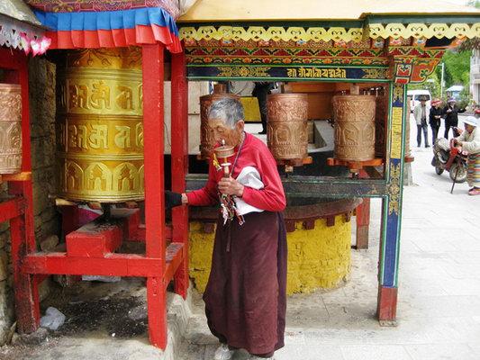 【转经】藏传佛教的转经和转塔是从左向右
