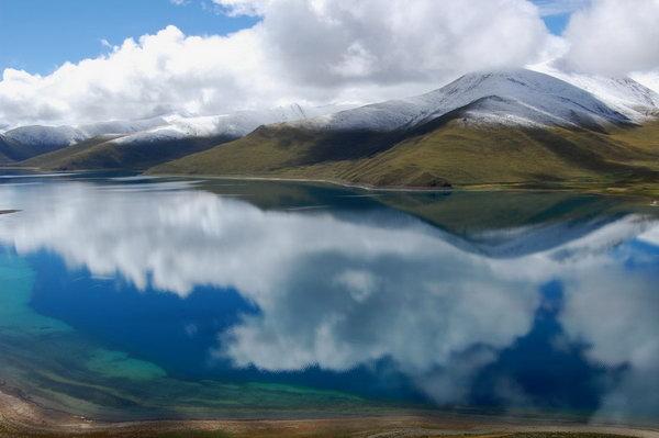 该湖三面环山,地形开阔