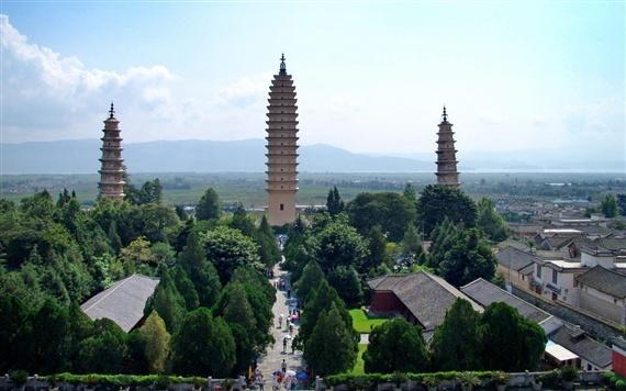 崇圣寺三塔是大理文献名邦的象征,是云南古代历史文化的象征,也是中国南方最古老最雄伟的建筑之一。1961年3月国务院第一批公布为全国重点文物保护单位。   该组建筑群距离下关14公里,位于大理古城以北1.5公里苍山应乐峰下,背靠苍山,面临洱海,三塔由一大二小三座佛塔组成,呈鼎立之态,远远望去,卓然挺秀,俊逸不凡,是苍洱胜景之一。   景观   塔的基座呈方形,分二层,下层边长为33.