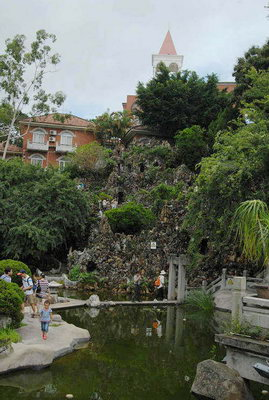 菽庄花园的第二个特点是巧借:林尔嘉把临海的坡面,海湾里的礁石,涨落的海水全部利用起来,围地砌阶,造桥建亭,使原本十分狭窄的一个小海湾,借四周自然美景为铺垫,变成涵纳大海,颇有层次,视野宽广的海上花园。这在中国的任一个城市,任何一个公园都无法领略到如此美妙的意境和情趣,这是菽庄花园最秀人的地方,在这里可以看到汹涌激越的海浪,澎湃往返;远处的南太武,近处的担屿、青屿、浯屿,烟波浩渺、风姿绰约;前方的日光岩,英雄山乃至海沧的嵩屿角都成了花园的外景,构成一幅动感的立体画,十分秀美。